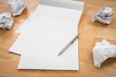 Άσπρο έγγραφο βιβλίων σημειώσεων με το μολύβι και το τσαλακωμένο έγγραφο Στοκ φωτογραφίες με δικαίωμα ελεύθερης χρήσης