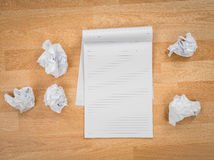Άσπρο έγγραφο βιβλίων σημειώσεων με το τσαλακωμένο έγγραφο Στοκ Φωτογραφία