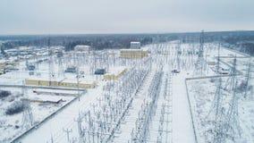 Άσπρο έδαφος του υποσταθμού μετάδοσης ηλεκτρικής ενέργειας με τους πύργους απόθεμα βίντεο