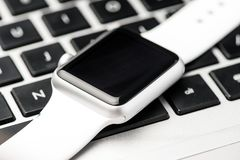 Άσπρο έξυπνο ρολόι Στοκ εικόνες με δικαίωμα ελεύθερης χρήσης