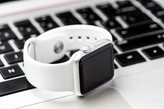 Άσπρο έξυπνο ρολόι Στοκ φωτογραφίες με δικαίωμα ελεύθερης χρήσης