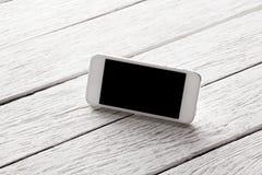 Άσπρο έξυπνο τηλέφωνο με την απομονωμένη οθόνη Στοκ Φωτογραφίες