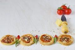 Άσπρο αγροτικό υπόβαθρο με το σπιτικό μπισκότο σε μια μορφή πίτσας με το τσίλι, δεντρολίβανο, ντομάτες κερασιών, parmezan, τυρί Στοκ φωτογραφία με δικαίωμα ελεύθερης χρήσης