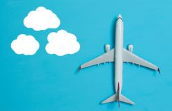 Άσπρο αεροπλάνο σε ένα μπλε Στοκ εικόνα με δικαίωμα ελεύθερης χρήσης