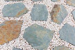 Άσπρο αμμοχάλικο και κυανός δρόμος πλακών, σχέδιο διακοσμήσεων κήπων στοκ εικόνα με δικαίωμα ελεύθερης χρήσης