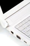 Άσπρο ανοικτό lap-top με τη μαύρη οθόνη Στοκ φωτογραφίες με δικαίωμα ελεύθερης χρήσης