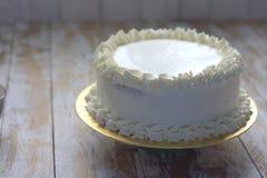 Άσπρο απλό κομψό κέικ Στοκ φωτογραφίες με δικαίωμα ελεύθερης χρήσης