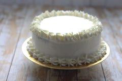 Άσπρο απλό κομψό κέικ Στοκ Εικόνα