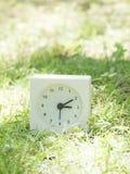 Άσπρο απλό ρολόι στο ναυπηγείο χορτοταπήτων, 3:10 τρία δέκα Στοκ εικόνα με δικαίωμα ελεύθερης χρήσης