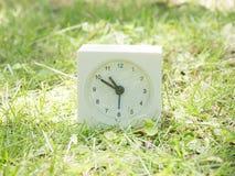 Άσπρο απλό ρολόι στο ναυπηγείο χορτοταπήτων, 10:50 δέκα πενήντα Στοκ εικόνα με δικαίωμα ελεύθερης χρήσης