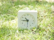 Άσπρο απλό ρολόι στο ναυπηγείο χορτοταπήτων, 10:45 δέκα σαράντα πέντε Στοκ εικόνα με δικαίωμα ελεύθερης χρήσης