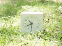 Άσπρο απλό ρολόι στο ναυπηγείο χορτοταπήτων, 10:40 δέκα σαράντα Στοκ Φωτογραφίες