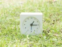 Άσπρο απλό ρολόι στο ναυπηγείο χορτοταπήτων, 1:15 ένα δεκαπέντε Στοκ φωτογραφίες με δικαίωμα ελεύθερης χρήσης