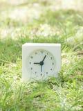 Άσπρο απλό ρολόι στο ναυπηγείο χορτοταπήτων, 9:05 εννέα πέντε Στοκ φωτογραφία με δικαίωμα ελεύθερης χρήσης