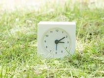 Άσπρο απλό ρολόι στο ναυπηγείο χορτοταπήτων, 3:10 τρία δέκα Στοκ φωτογραφία με δικαίωμα ελεύθερης χρήσης