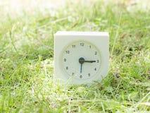 Άσπρο απλό ρολόι στο ναυπηγείο χορτοταπήτων, 3:15 τρία δεκαπέντε Στοκ Φωτογραφία