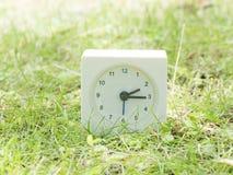 Άσπρο απλό ρολόι στο ναυπηγείο χορτοταπήτων, 2:15 δύο δεκαπέντε Στοκ Εικόνα