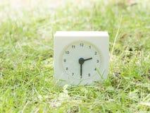 Άσπρο απλό ρολόι στο ναυπηγείο χορτοταπήτων, 2:30 δύο τριάντα μισά Στοκ φωτογραφία με δικαίωμα ελεύθερης χρήσης