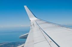 Άσπρο ασημένιο φτερό αεροπλάνων που πετά στο μπλε ουρανό Στοκ φωτογραφίες με δικαίωμα ελεύθερης χρήσης