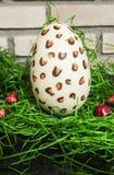 Άσπρο αυγό Πάσχας σοκολάτας με κόκκινα bonbons και πράσινα 2 Στοκ Φωτογραφία