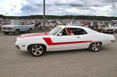 Άσπρο αυτοκίνητο με το κόκκινο λωρίδα στοκ φωτογραφία