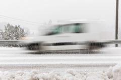Άσπρο αυτοκίνητο, οδήγηση φορτηγών γρήγορα στο δρόμο στο χειμερινό τοπίο, με το χιονώδη καιρό πηδώντας κίνηση frisbee σύλληψης αν στοκ εικόνα με δικαίωμα ελεύθερης χρήσης