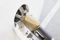 Άσπρο αυτοκίνητο στο βενζινάδικο Στοκ Φωτογραφίες