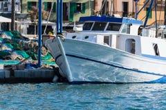 Άσπρο αλιευτικό σκάφος ή αλιευτικό πλοιάριο στο λιμάνι Στοκ Φωτογραφίες