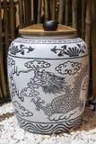 Άσπρο βάζο με την μπλε ζωγραφική δράκων Στοκ εικόνες με δικαίωμα ελεύθερης χρήσης