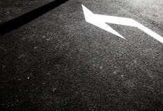 Άσπρο βέλος στο δρόμο πίσσας Στοκ Φωτογραφία