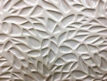 Άσπρο βερνικωμένο κεραμικό κεραμίδι σε ένα γεωμετρικό σχέδιο Στοκ φωτογραφία με δικαίωμα ελεύθερης χρήσης
