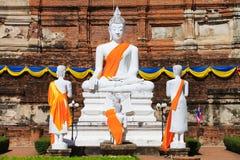 Άσπρο βουδιστικό άγαλμα στον ταϊλανδικό ναό Στοκ εικόνες με δικαίωμα ελεύθερης χρήσης