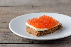 Άσπρο βούτυρο πιάτων χαβιαριών σολομών σάντουιτς στοκ εικόνα