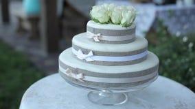 Άσπρο γαμήλιο κέικ όμορφο, διακόσμηση, επιδόρπιο, λουλούδι, πίνακας απόθεμα βίντεο