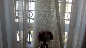 Άσπρο γαμήλιο φόρεμα με την κρεμάστρα δαντελλών απόθεμα βίντεο