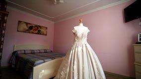 Άσπρο γαμήλιο φόρεμα σε ένα μανεκέν στο δωμάτιο φιλμ μικρού μήκους