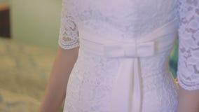 Άσπρο γαμήλιο φόρεμα με τη δαντέλλα στη νύφη απόθεμα βίντεο