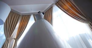 Άσπρο γαμήλιο φόρεμα σε ένα μανεκέν στο δωμάτιο απόθεμα βίντεο