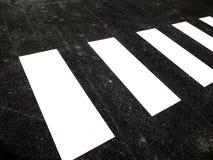 Άσπρο για τους πεζούς πέρασμα στη μαύρη πίσσα Στοκ Εικόνες