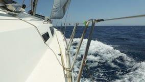 Άσπρο γιοτ πολυτέλειας που κινείται στη θάλασσα γρήγορα φιλμ μικρού μήκους