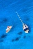 Άσπρο γιοτ πολυτέλειας ενάντια στην κυανή θάλασσα με τη βάρκα μηχανών Στοκ φωτογραφία με δικαίωμα ελεύθερης χρήσης