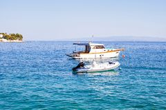 Άσπρο γιοτ στην αδριατική θάλασσα, Trogir, Κροατία Στοκ Εικόνες