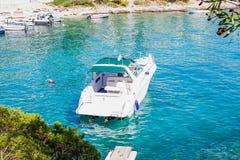 Άσπρο γιοτ στην αδριατική θάλασσα, Trogir, Κροατία Στοκ Εικόνα