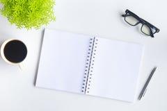 Άσπρο γραφείο γραφείων με το lap-top, το smartphone και άλλη εργασία supplie Στοκ εικόνες με δικαίωμα ελεύθερης χρήσης