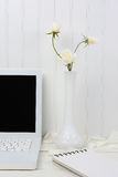 Άσπρο γραφείο με τα άσπρα λουλούδια Στοκ φωτογραφία με δικαίωμα ελεύθερης χρήσης