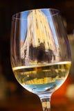 Άσπρο γυαλί κρασιού κλίσης Στοκ εικόνα με δικαίωμα ελεύθερης χρήσης