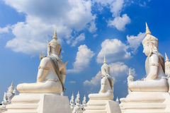 Άσπρο γλυπτό αγγέλου ή άγαλμα του Βούδα Στοκ φωτογραφία με δικαίωμα ελεύθερης χρήσης