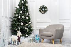 Άσπρο δωμάτιο Χριστουγέννων με το χριστουγεννιάτικο δέντρο Στοκ εικόνα με δικαίωμα ελεύθερης χρήσης