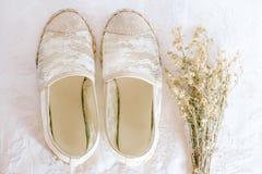 Άσπρο εκλεκτής ποιότητας ύφος δαντελλών παπουτσιών στοκ φωτογραφία