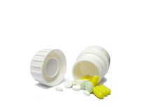 Άσπρο εμπορευματοκιβώτιο ιατρικής με τα χάπια που ανατρέπονται και που πέφτουν έξω isol Στοκ Φωτογραφίες